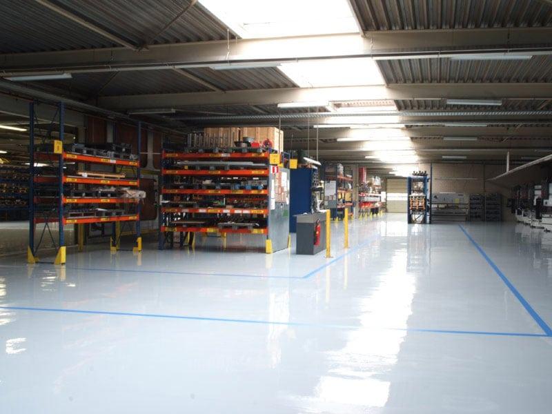 grijze epoxyvloer bedrijfsruimte