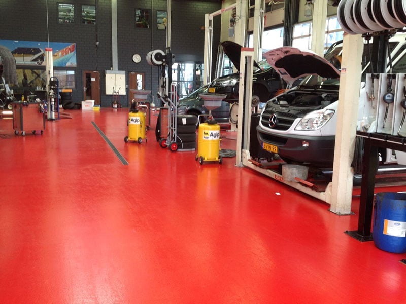 rode epoxyvloer autogarage